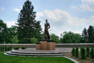 800px-MSU_Bronze_Sparty_1